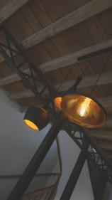 détails luminaires et poutres industrielles