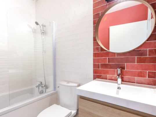 salle de bain zelliges rouges