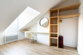 chambre comble aménagement placard et bureau