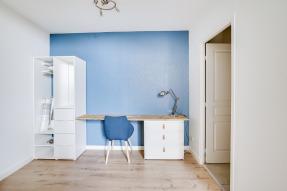 espace bureau studio mur bleu