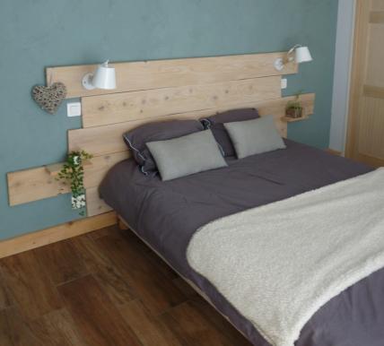 Chambre scandinave mur bleu carrelage imitation bois