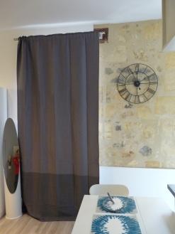 deco studio mur en pierre et horloge