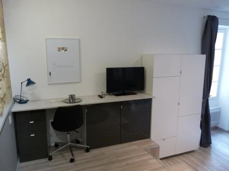 agencement bureau et rangement dans un petit studio