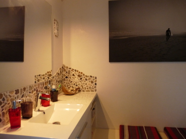 détails salle de bain des enfants sur le thème du pays basque