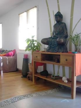 une entrée zen, boudha, galets au sol