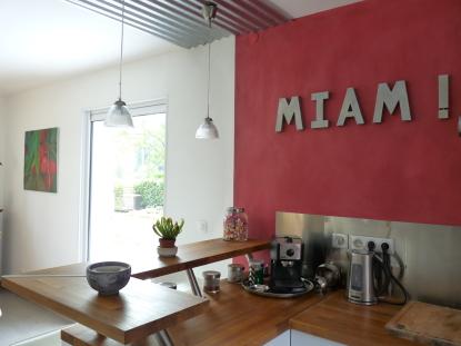 mur rouge dans une cuisine