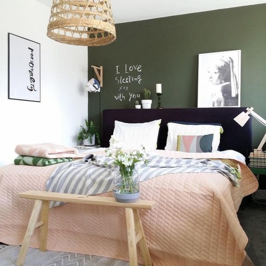 chambre mur vert kaki accessoires blush
